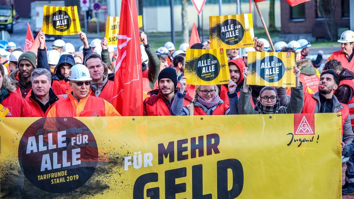Stahlwerker von Thyssenkrupp demonstrieren am 5. Februar 2019 in Dortmund für ihre Tarifforderung