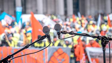 Blick von der Bühne auf die Demonstranten beim Stahlaktionstag 2016 in Brüssel